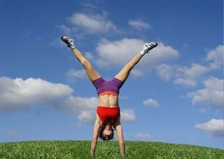 肩倒立的益处有哪些1、改善肩颈部的血液循环肩倒立就是通过肩膀来支撑整个身体重量的倒立体式,在练习过程中使肩膀处于身体的重心位置,从而能使得血液在肩颈部循环更加通畅,同