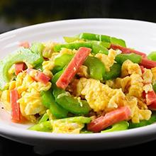 苦瓜炒鸡蛋苦瓜炒鸡蛋是一道汉族名菜。苦瓜炒鸡蛋所需材料主要食材苦瓜 ( 200克 )鸡蛋 ( 4颗 )葱 ( 10克 )蒜 ( 5克 )辅助佐料姜 ( 5克 )盐 ( 5克 )味精 ( 2克 )白糖 ( 10克