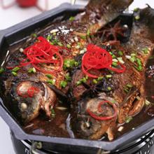 红椒鲫鱼鲫鱼营养丰富,做法也有很多种,这道红椒鲫鱼用辣椒的香辣味巧妙的盖住鱼本身的腥味,加上爽辣的口感,使鱼肉显得更加鲜嫩,吃了一口还想再来一口的节奏,根本停不下来!如果是感