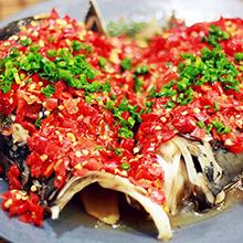 剁椒鱼头剁椒鱼头(英文名:Chopbellpepperfishhead)是湖南省的汉族传统名菜,属于湘菜系。据传,起源和清代文人黄宗宪有关。通常以鳙鱼鱼头、剁椒为主料,配以豉油、姜、葱、蒜等辅料