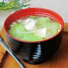 丝瓜豆腐汤丝瓜是夏天当季的食材,可去湿,消暑。丝瓜应该怎么吃最好呢?做汤是一个很好的选择哦,将丝瓜和豆腐搭配在一起煮汤,味道鲜甜,食材嫩滑,强烈推荐哦。营养价值:蛋白质、脂肪、