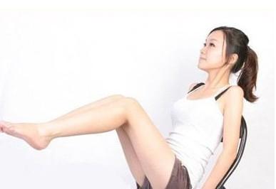 做这些小动作就可以瘦腰提膝减肚子坐姿膝盖弯曲,双膝平放在地面上,收紧腹部身体往后倾,然后抬起左脚离地几厘米,与此同时保持身体的平衡,将膝盖拉向胸部,保持上身弯曲,达到最大人体