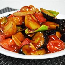 """地三鲜""""地三鲜""""是很有特色的一道东北汉族传统家常菜,选用了三种地里时令新鲜的食材:茄子、土豆和青椒来搭配,不仅在于鲜浓的味道、天然绿色的食材,更胜于它涵盖多种食材的营养,让"""