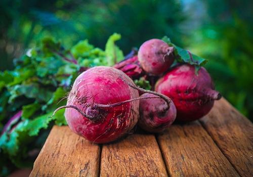 甜菜根汁有益健康甜菜根,原名:甜菜,又称糖萝卜,根圆锥状至纺锤状,多汁。甜菜根又被称为火焰菜。甜菜根,表面光滑,肉质通常呈深红色或白色,其叶子和根部均可食用。甜菜根可凉拌生吃