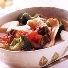 """黄芪牛肉蔬菜汤黄芪是一味的中药,具有""""益气固表""""的功效,能够提高人体免疫功能。牛肉具有补气、强筋骨的功效,体质虚弱、怕冷的人,加入蔬菜不仅能丰富营养和口感,还可为此汤增添"""