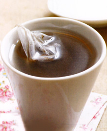 乌梅芡实茶乌梅芡实茶,主要原料有乌梅、芡实、白术、熟地黄、干山楂等药材。芡实性味甘平,无毒,补中益气,为滋养强壮性食物,适用干慢性泄泻和小便频数、梦遗滑精、虚弱、遗尿、老