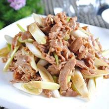 葱爆羊肉葱爆羊肉(SautéedLambSliceswithScallion),属于北京菜,具有补阳调理、壮腰健肾调理、补虚养身调理。羊肉滑嫩、鲜香不膻、汪油包汁、食后回味无穷。肉嫩、略带葱香味。
