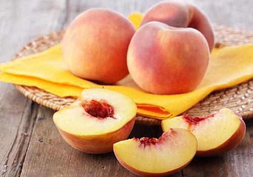 桃子营养成分每100克桃子的可食部分中,能量为117.2-7.7千焦,约含蛋白质0.8克;脂肪0.1克;各种糖类10.7克,钙8毫克,磷20毫克,铁10毫克,维生素A原(胡萝卜素) 60微克。维生素B1 30微克,维生
