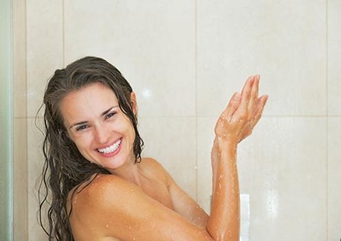 女性淋雨后如何保健?被雨淋后快洗澡雨水中有很多的细菌,如果过长时间淋雨,雨水中的细菌就会侵蚀到皮肤,可能引起红斑、丘疹,严重的可能出现水疱,甚至肿胀。因此,回家后要及时淋浴,而