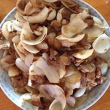 糖醋百合肉丝百合炒肉片是粤菜的一种,是用百合和猪肉一起炒制而成,其特点是色泽红艳,香甜可口,具有清心安神,化痰止咳的功效,既营养又美味哦。营养价值:蛋白质、淀粉、脂肪、维生素