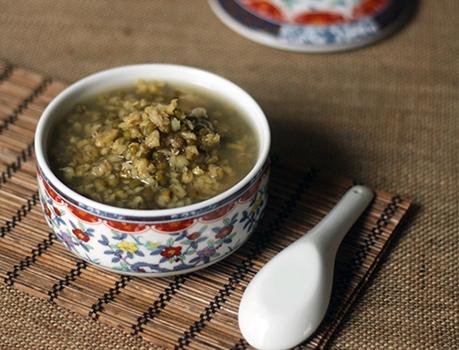 夏季要喝的汤水豆汤消暑助排毒多数豆类都有健脾利湿的作用,且富含B族维生素和矿物质,能有效补充从汗液里流失的营养物质。推荐:绿豆汤。绿豆汤是传统的夏季饮品,从中医角度说,绿