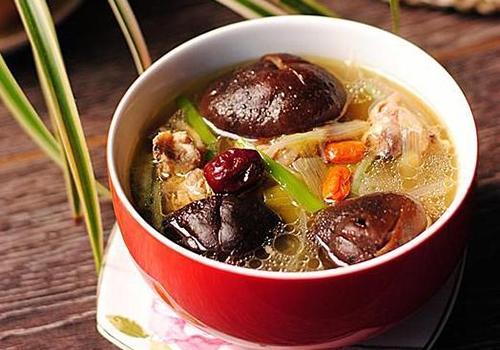 枸杞的四种健康吃法枸杞炖鸡炖鸡时也可使用枸杞,具体将枸杞约15克装入鸡的腹中,葱段、生姜、食盐、料酒等调料适量。上屉加盖,武火蒸2小时左右取出,去姜、葱,加味精。饮汤食肉,可