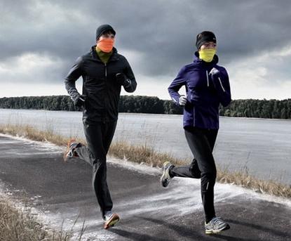 秋冬季跑步如何保暖?秋冬季气候寒冷,人们普遍御寒的衣服穿的很多,这也给锻炼带来了难度。专家建议,秋冬季户外跑步可以选择较紧身的跑步服,保暖效果好,还可以选择套个羽绒背心,保护