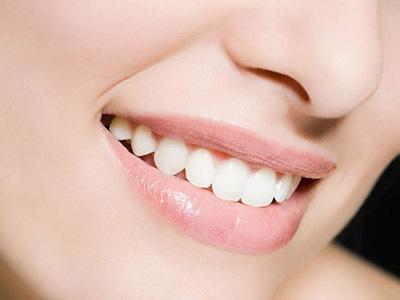 智齿的形成原因从6岁开始到12~13岁期间,乳牙不断被新长出的第二副牙齿(恒牙)所替换,恒牙共有28~32颗,根据外形和作用恒牙分为四类,即切牙、尖牙(这两种是我们经常说的前牙)、双尖牙和