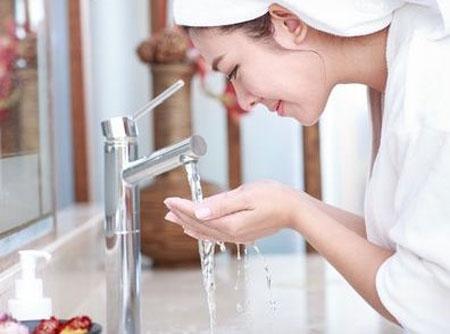 洗完脸后的护肤正确步骤  护肤为什么要拍脸洗脸护肤是最简单的事,可你不要以为只是随便的洗洗擦擦就完事了,很多女性的肌肤问题都是源自洁面不够彻底,擦护肤品的顺序不正确。第