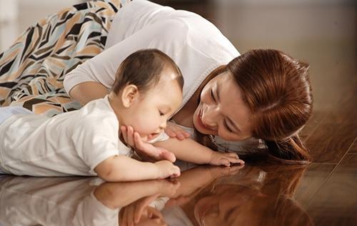 三种母婴互动锻炼法平板支撑式它有两个版本,根据个人的身体强壮程度选用。 第一个版本是经过改良的平板支撑式,即用双手和双膝来支撑身体。确保双肩位于腕关节正上方,体重均匀