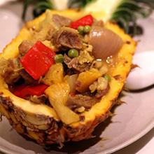 菠萝牛肉盅牛肉是最常吃的肉类之一。牛肉的这么多做法中,菠萝牛肉是最受欢迎的一种。牛肉具有补血的作用,最适合女性食用。菠萝牛肉带有水果的香味,口感更佳。营养价值:蛋白质、