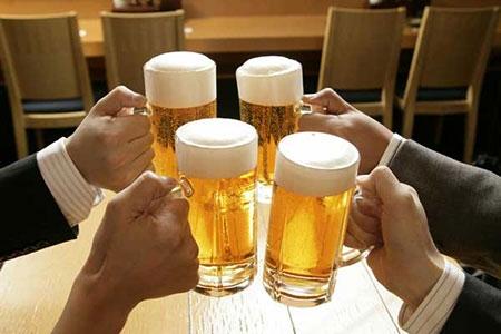 错误的取暖措施一、喝酒在冬天,不少人觉得喝酒是一个取暖的好方法,自古以来,民间就有着饮酒取暖的说法,所以一些人喜欢在冬季喝一些白酒,尤其是浓度较高的白酒,来帮助身体抵御寒冷