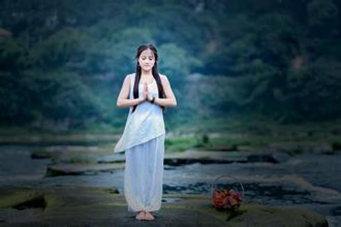心灵瑜伽是一种健康纯净的心操你知道什么是心灵瑜伽吗?心灵瑜伽是一种心操、一种健康、纯洁和祥和的生活方式。没有人永远勇敢地在跌倒时不掉泪,重要的是,掉了泪后知道如何站起
