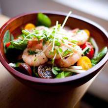 虾仁水果沙拉味道鲜美的虾仁,拌上酸甜的猕猴桃和香瓜,多重口感,营养美味,搭配在一起制作的沙拉,色香味俱全,绝对是极富创意的新鲜美味做法。营养价值:蛋白质、维生素A、C、E、胆固