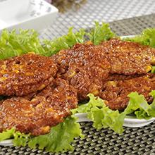 甜菜牛肉饼牛肉饼是我们生活中常见的食物,闻着香气扑鼻,外酥松脆香、里鲜嫩微辣。牛肉含有丰富的蛋白质,氨基酸组成比猪肉更接近人体需要,能提高机体抗病能力。营养价值:蛋白质、