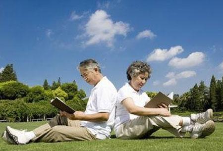 """阳光是天然""""兴奋剂""""老年人经常晒太阳能治病阳光不止对植物进行光合作用对生长有益处,对我们人类也是有益处的。晒太阳有很多的好处,特别是对老年人,他们更需要适量的晒一晒太"""