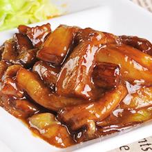 """红烧茄子红烧茄子是一道历史久远的汉族传统佳肴,此菜是素菜中的精细者。鲜香适口,外酥里嫩,味美多汁,大众食品。北魏高阳太守贾思勰在《齐民要术》素食篇中,记有烧茄子法。文记:"""""""