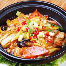 鱼香茄子煲鱼香茄子煲是一道菜品,一般的制作方法是将茄子切块后,放置锅内榨干,并加入咸鱼肉块,生姜,葱等调料,并用砂锅烧制而成。鱼香茄子煲所需材料主要食材茄子 ( 400g )马鲛咸