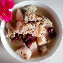 红枣莲藕炖排骨天气越来越冷了,这个时候最好不过的菜肴就是汤食啦,今天这道红枣莲藕炖排骨就可以让你喝起来暖心暖胃又暖身,并且营养丰富,对人体健康有很大益处,加入的红枣还有补