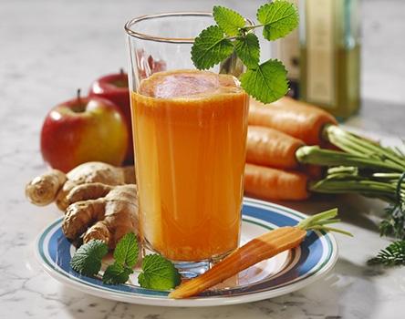 瘦身养颜汤胡萝卜苹果汁材料:胡萝卜,苹果做法:将胡萝卜、苹果清洗干净,胡萝卜要保留其顶部的叶子。先后将这两种水果榨成汁。要喝的适合,根据自己的口味将两者混合搅拌。可以先放