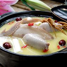 白芷当归鸡当归鸡是一道色香味俱全的汉族名肴,以肥嫩土鸡为主料,中药材当归为辅料,再加调味品烹制成的风味食品。加入白芷还可起到祛风燥湿、消肿止痛的功效,是很好的食疗进补品