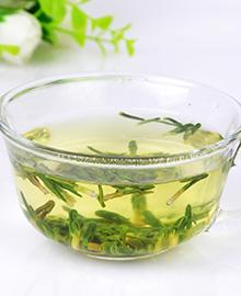 莲心茶莲心茶产于福建省福鼎县,因外形紧细纤秀,形如莲芯而得名。不但畅销国内,而且还远销东南亚各国,历来为中外消费者所欢迎。冲泡此茶是有一定方法和讲究的,想知道是怎么制作出
