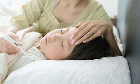 儿童药浴怎么治疗药浴法是中医治疗疾病的一种有效方法。根据不同症状配置不同的中草药浴液,为宝宝熏洗,通过洗浴及药物熏蒸就可以达到治疗疾病的目的。1、感冒取白芷、防风