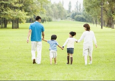 散步一小时身体所发生的神奇变化第1~5分钟首先迈出的几步会引发细胞释放出生成能量的化学物质,从而为散步提供能量。此时,心率达到每分钟70~100次,血流量增加,肌肉得到预热。关