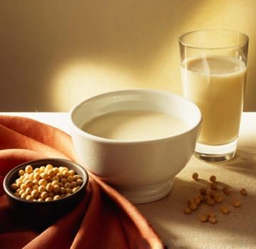 一豆两吃的做法:主料:泡发好的大豆(干豆100克),纯净水:1200克配料:花生(30克)、冰糖15克、鸡蛋3枚、油菜50克、胡萝卜50、土豆丝50克、小麦粉4两、盐6克一吃(豆浆)把泡发好的大豆、花生