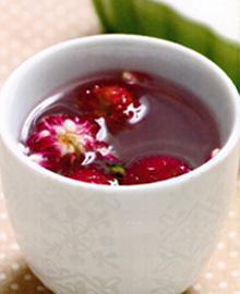 千日红茶千日红茶中的千日红是一款非常罕见的食物,千日红茶能有效的祛痰平喘,清肝明目,用于慢性或喘息性支气管炎、百日咳。所含挥发油、总黄酮和皂甙均有祛痰作用。总氨基酸及