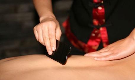 刮后背知道肺的好坏刮拭背部和相关区域,观察出痧的情况和刮拭时疼痛的情况,可自测肺脏健康状况及发展趋势。具体刮拭部位主要是肺俞穴(背部第三胸椎棘突下,脊柱左右旁开两横指处