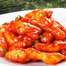 糖醋里脊糖醋里脊是经典汉族名菜之一。在浙江菜、鲁菜、川菜、粤菜和淮菜里都有此菜,以鲁菜的糖醋里脊最负盛名。糖醋里脊以猪里脊肉为主材,配以面粉,淀粉,醋等作料,酸甜可口,让人