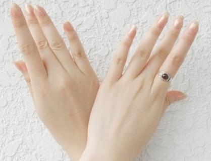 按摩手指穴位消除疲劳人体经络一旦被堵塞,气血便会受阻,内脏也会失衡,长期累积会形成疾病。十二经脉的起点和终点都在身体末梢,其中有六条走到双手,停在十根指头。手心上有三条阴