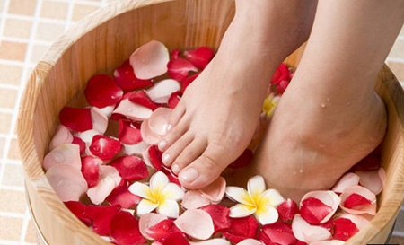 足浴过勤伤身体  中老人年足浴十大禁忌足浴作为方便的养生方式,已经走进家家户户,并成为了人们生活中的一部分。然而,中老年人足浴应注意以下几点,今天小编就为大家盘点中医足疗