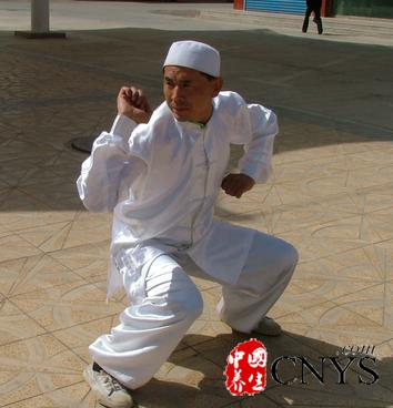 练习太极拳有助我们修身养性、强身健体,是很中老年人都喜欢的健身运动,武当太极九式是很多人都喜欢的招式,今天就跟小编一起来看下详解武当太极拳九式吧。  一、狮子摇头