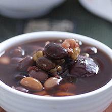 黑豆猪肉汤在冬令时节,宜多吃炖煮和黑色的温补性食物,今天小编推荐的黑豆猪肉汤就是一道非常适合在寒冷季节进补的食谱,具有滋补养血的功效,千万不要错过哟。营养价值:蛋白质、脂