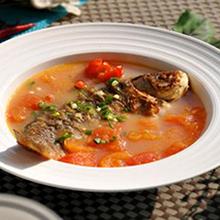 西红柿炖鲫鱼鲫鱼的肉质和营养价值非常高,是滋补佳品,搭配西红柿,煮的软烂的西红柿汤汁稠,鱼肉带点酸甜的味道,很是开胃,非常容易促进食欲哦。营养价值:蛋白质、B族维生素、维生素C