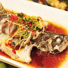 清蒸鱼清蒸鱼主料为各类鱼,属家常菜。做法以清蒸为主,口味咸鲜。清蒸鱼鱼形完整,鱼肉软嫩,鲜香味美,汤清味醇。根据各类鱼的不同,营养价值有所不同。清蒸鱼所需材料主要食材鲈鱼 (
