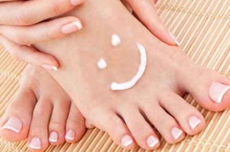 民间小偏方 教你如何根治顽固脚气什么是脚气足癣,俗名脚气,由真菌感染引起,其皮肤损害常先单侧发生,数周或数月后感染到对侧。水疱主要出 现在趾腹和趾侧,最常见于三四趾间,足底亦