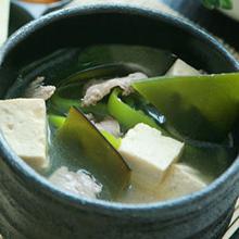 味噌海带汤海带豆腐汤是一款简单易做的汤,清爽可口,能够排毒养颜,兼有减肥之效。感兴趣的朋友们,赶紧来看看吧。营养价值:蛋白质、脂肪、维生素B、E、膳食纤维、碳水化合物、卵磷