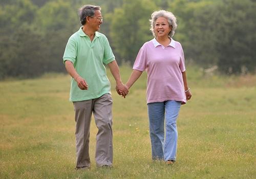 老年人散步注意四点要选择好散步地点人体在运动时,需氧量高。空气清新,草木茂盛的地方含氧量高,对全身有益哦。不在坡多地方散步老年人比较容易出现老年骨性关节炎,这也与不当散