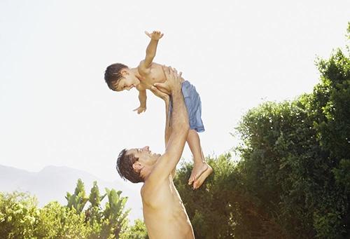 男孩调皮爸妈这样引导0~6岁,接受好动天性婴幼儿期,男孩需要母爱温暖。妈妈要积极关注宝宝的需要,提供奶水,多抚摸拥抱。父亲的角色也不能少,要常与儿子玩游戏,比如骑大马、举高等
