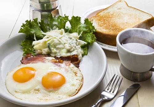 这样吃早餐好处多早餐与减肥有着密切联系睡眠时间是不吃不喝的绝食时间。为了保养在睡眠中受到伤害的细胞,我们的身体一直努力地工作着,因为身体一直处于消耗能量的状态,所以我