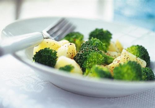 10种蔬果帮你清肠西兰花:西兰花含有十分全面且含量高的营养成分,其不仅是人们熟知的抗癌防癌的佳品,而且西兰花是一种高纤维蔬菜,我们都知道,纤维有助于肠道蠕动,促进排便。所以有